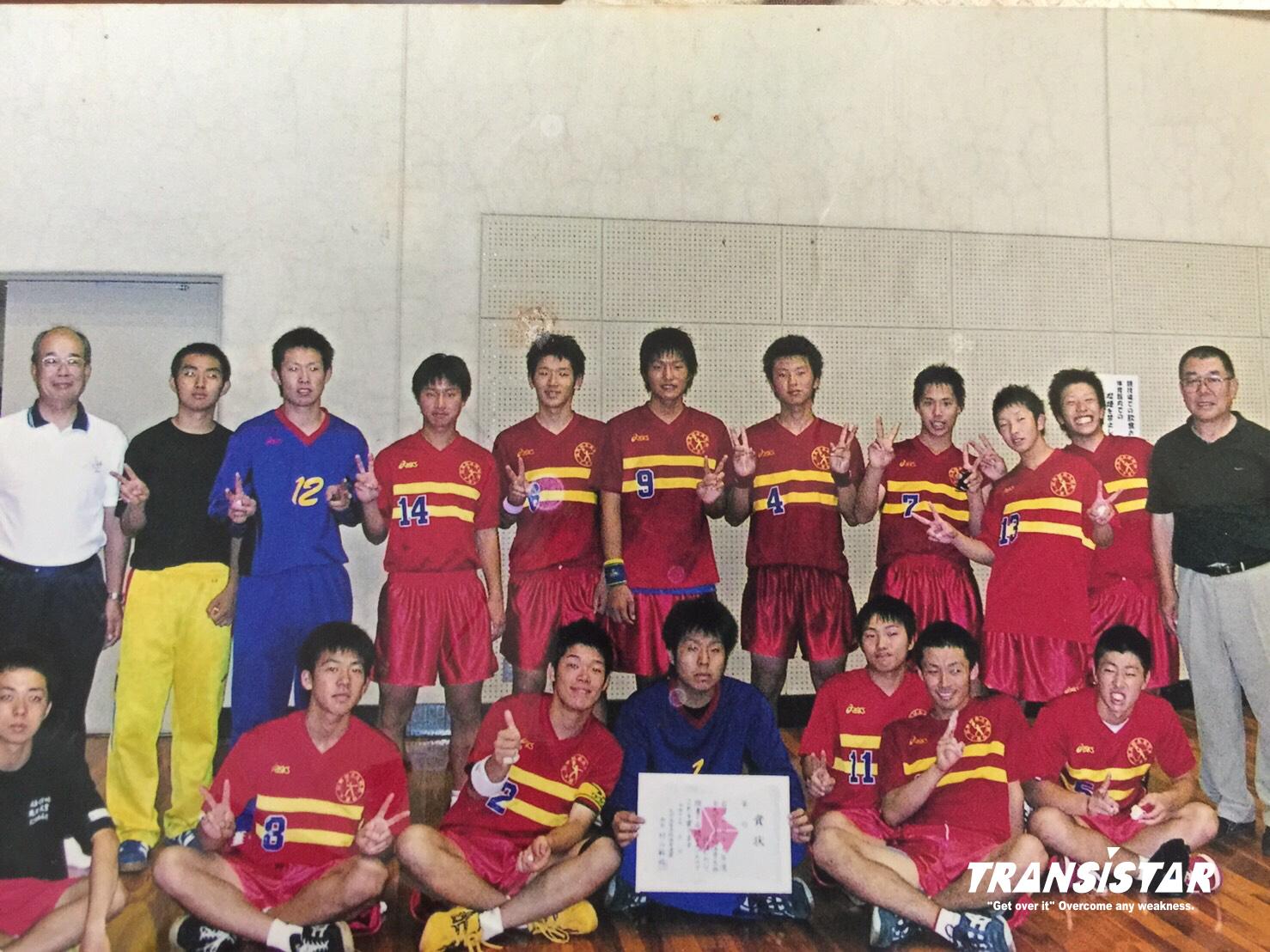 後列右から4人目が藤本選手。中学・高校時代も背番号は7番。