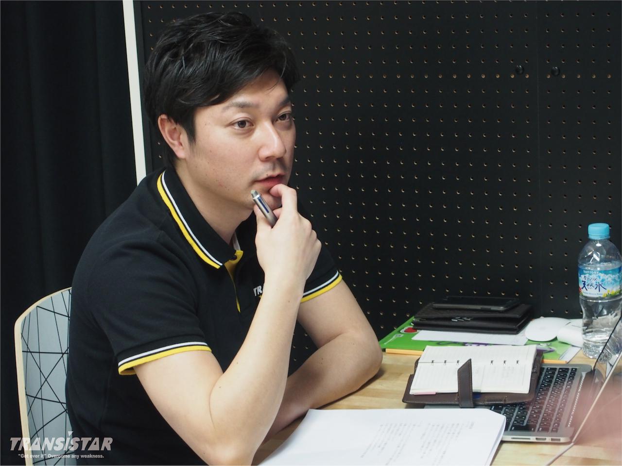 東屋 健太(株式会社ファーストフロンティア 代表取締役社長)1982年生まれ、秋田県出身。 羽後高校在学中にインターハイに出場。2013年にハンドボールブランド「TRANSISTAR」を立ち上げ、代表取締役社長に就任。