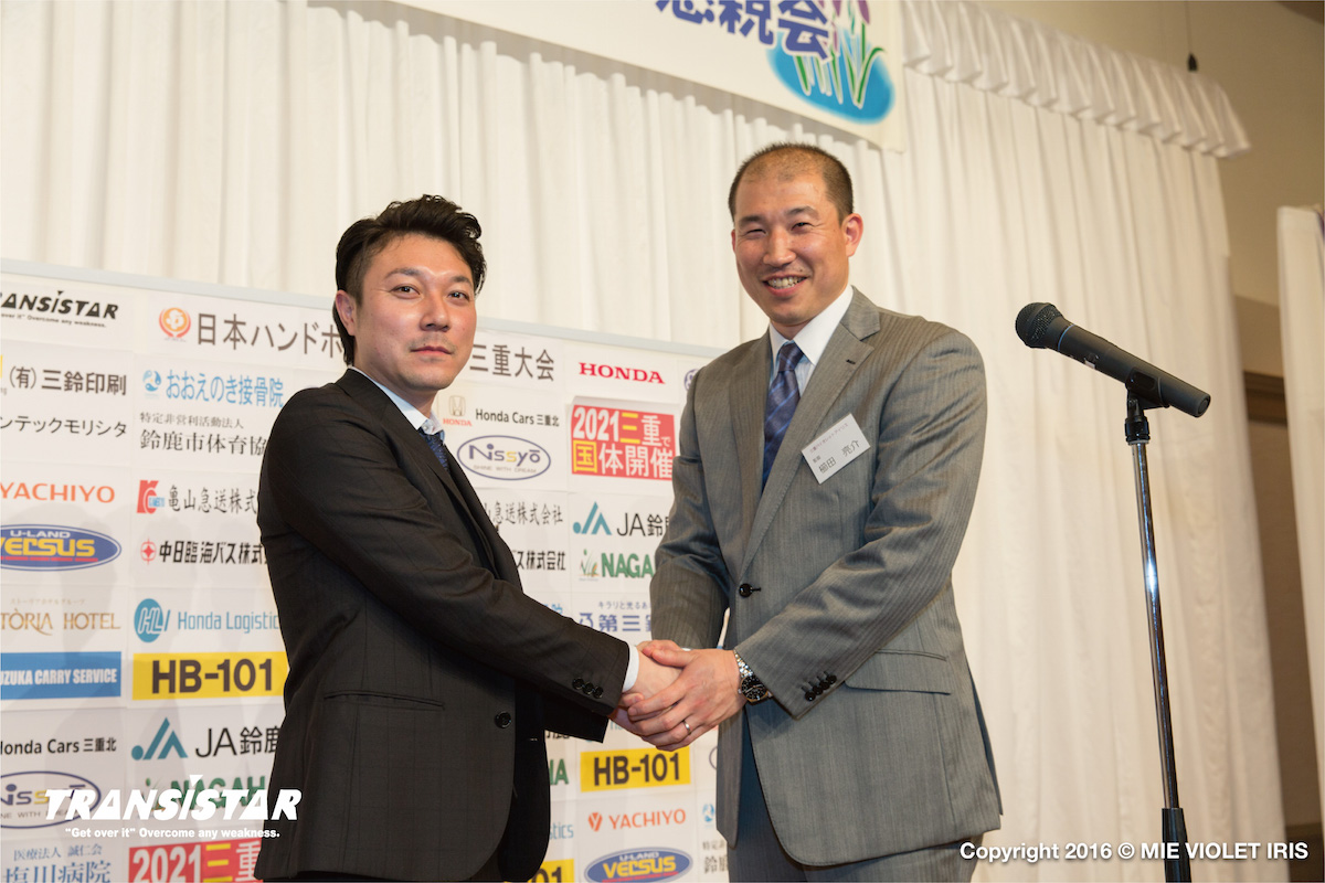 東屋 健太(株式会社ファーストフロンティア 代表取締役社長、写真左)1982年生まれ、秋田県出身。 羽後高校在学中にインターハイに出場。2013年にハンドボールブランド「TRANSISTAR」を立ち上げ、代表取締役社長に就任。